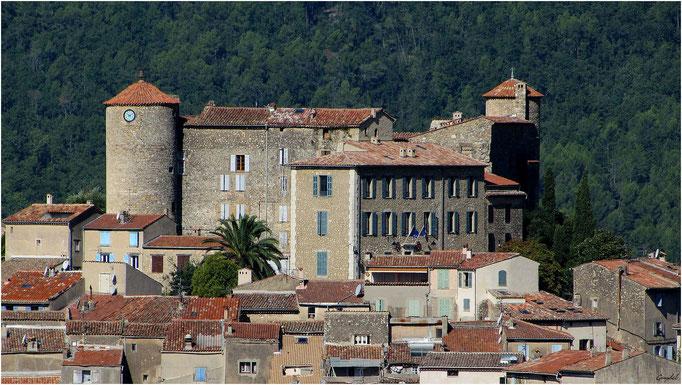 Le Haut du Village: la Mairie et le Chateau