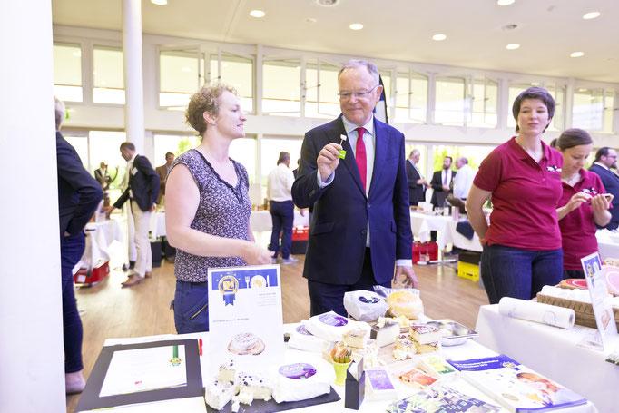 Ministerpräsident Weil zu Besuch am Marktstand Hof im Greth kulinarischer Botschafter 2019