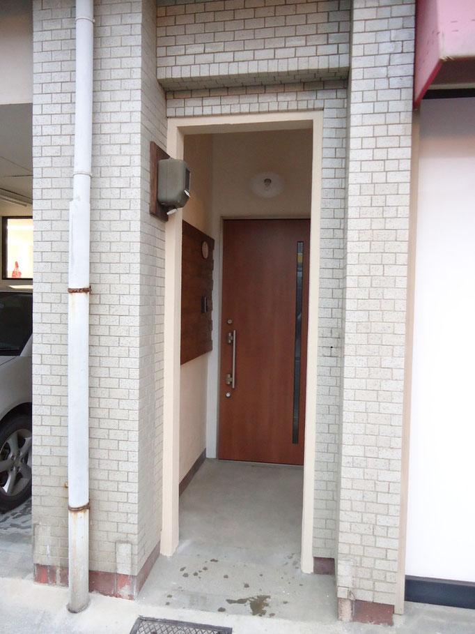 玄関は奥まったところに移設しました。隠れ家的な感じになりました。