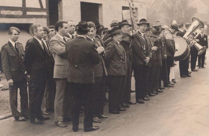Angetreten für das Abholen des Schützenkönigs August Pieper. Im Hintergrund der Neubau des Hauses Gundlach.