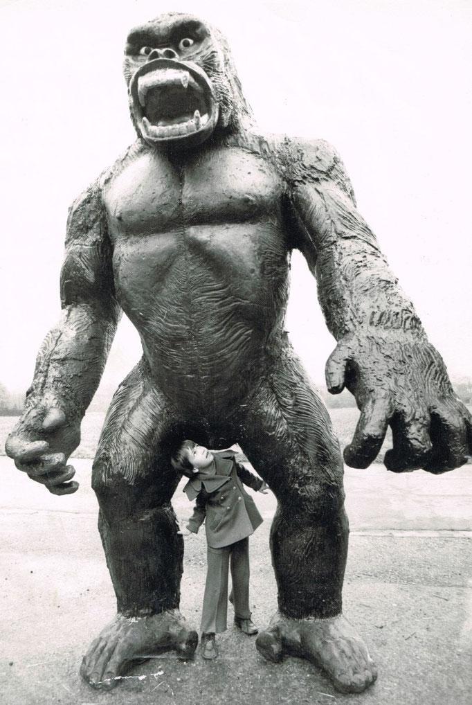 """1976, die Neuverfilmung von """"King Kong"""" kommt nach Deutschland, zwei diese """"Figuren standen vor dem Lauenförder Kino, hier noch in der Sohnreystr. mit Sylvia Kowatschewitz."""