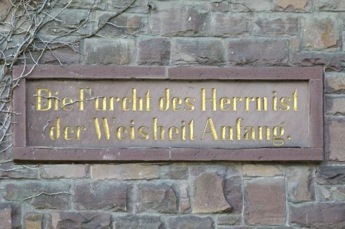 """Innschrift an der """"Alten Schule"""""""