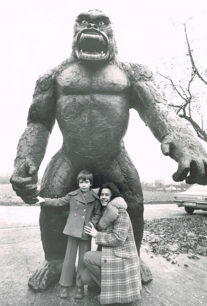 """1976, die Neuverfilmung von """"King Kong"""" kommt nach Deutschland, zwei dieser """"Figuren standen vor dem Lauenförder Kino, hier noch in der Sohnreystr. mit Sylvia Kowatschewitz und ihrer Mutter."""
