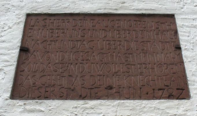 Tafel über dem Eingang zur Kirche