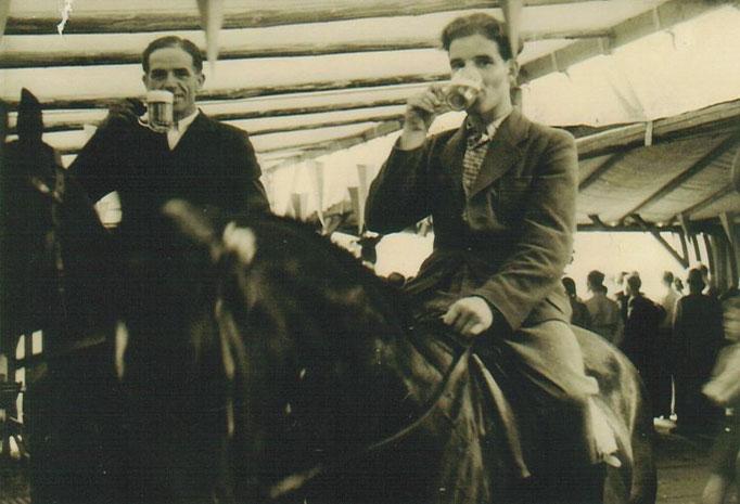 Alfred Möhle und Karl Steingrebe auf ihren Pferden vor der Theke !