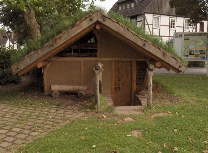 Grubenhaus auf dem Dorfplatz