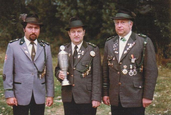 Sie waren 1979 Sieger der Schützenklasse beim Bundepokalschiessen in Sohlingen ( 3 Schuss Auflage und 3 Schuss Freihand). V.r. Helmut Heyer, Walter Brekerbohm und Friedhelm Schneider.