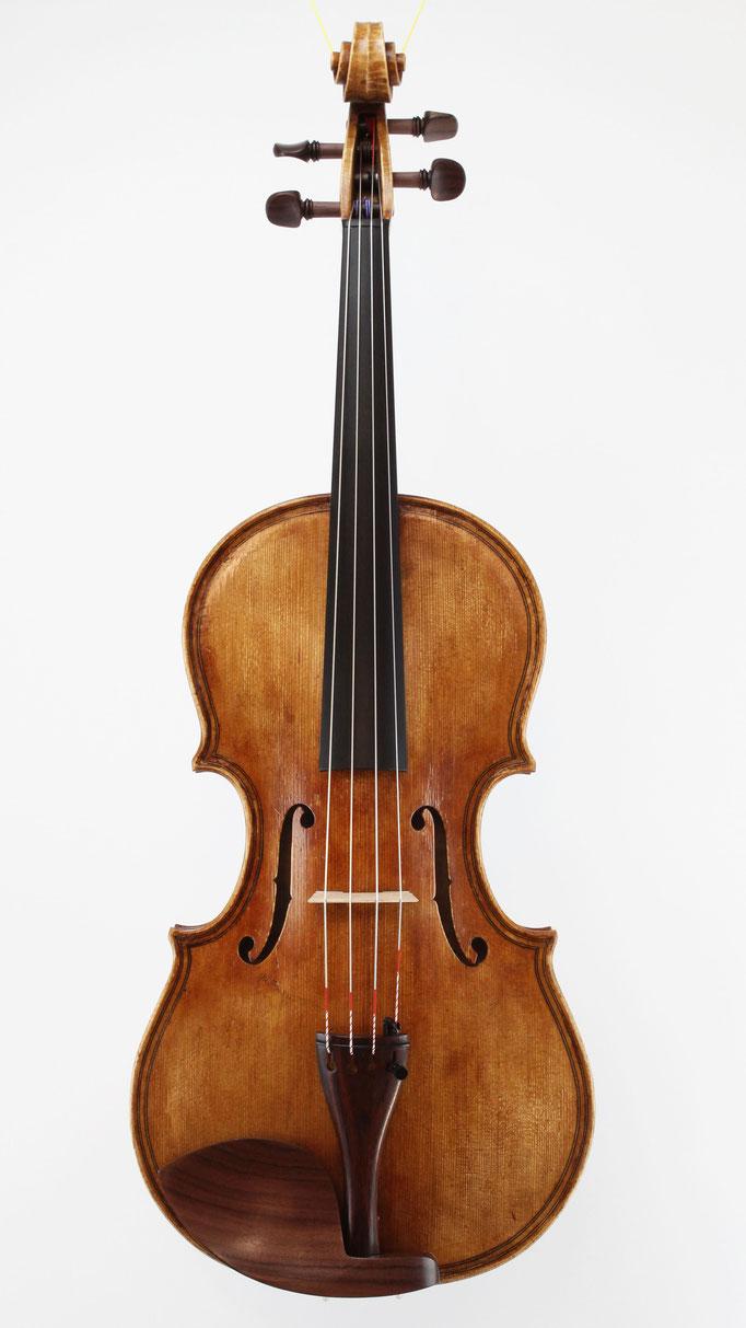 Viola Bauer aus Deutschland fertigt in Handarbeit echte Meisterstücke nach Giovanni Paolo Maggini von 1610. Wie viel kostet diese Bratsche beim Geigenbaumeister?