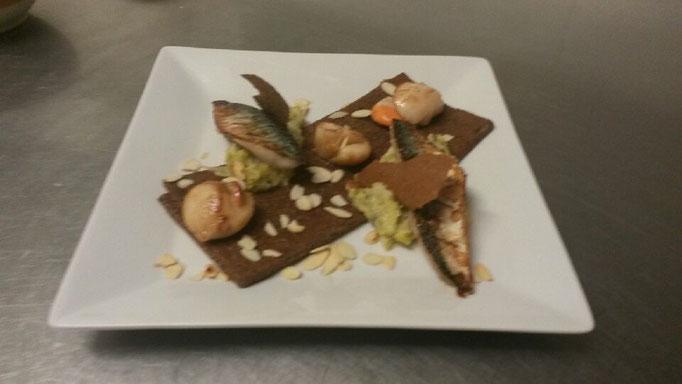 Crêpe de sarrasin - Maquereaux fumés, St Jacques et fondue de poireaux amandes