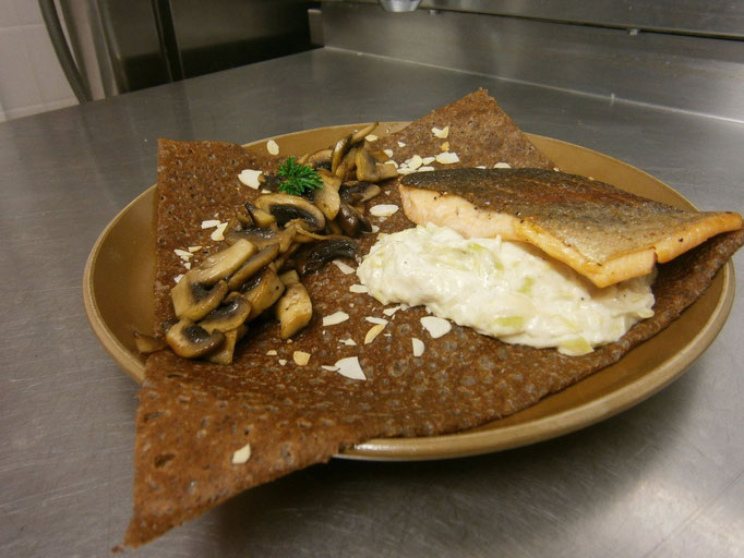 Crêpe de sarrasin - Truite fumé de bretagne, fondue de poireaux & champignons poêlés