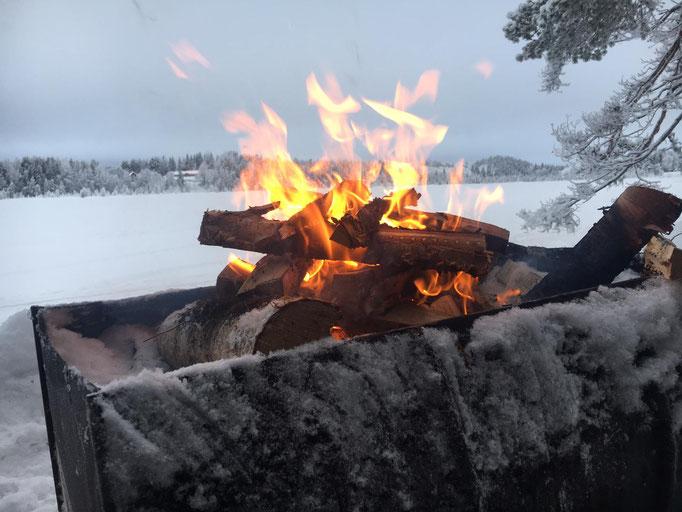 Lagerfeuer am Flussufer in Schweden