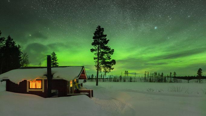 Blockhütte bei Lapplands Drag im Glanz der Polarlichter