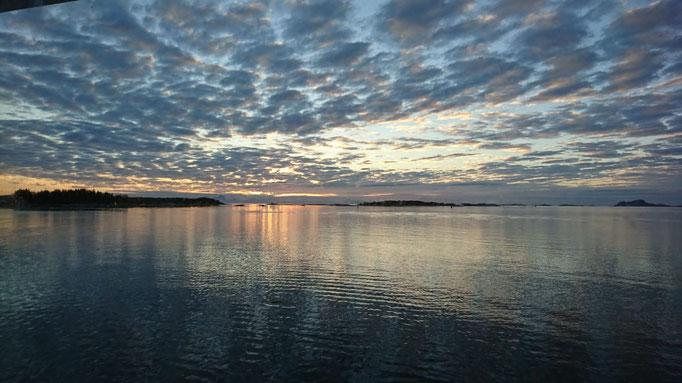 Wunderbare Wolkenspiele beim Meeresangeln in Norwegen