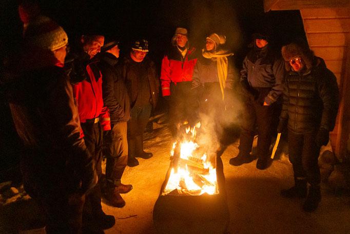 Gemütliches Beisamensein am Feuer in Lappland
