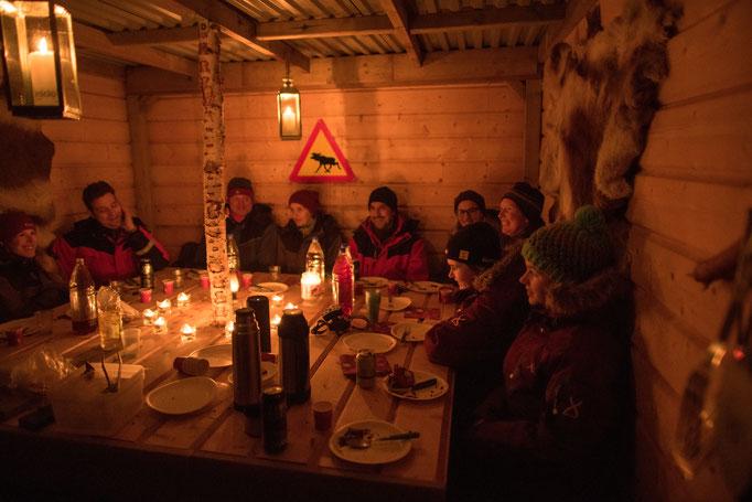Abendessen am Windschutz auf der einsamen Insel