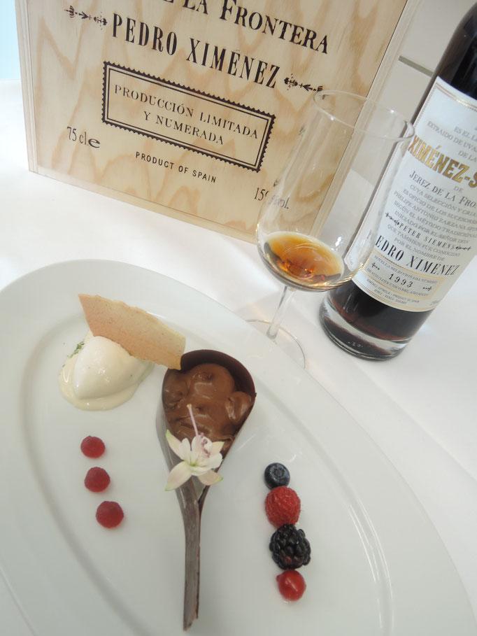 Schokoladentropfen mit Trüffel-Creme  marinierte Beeren / Haselnuss-Eis / Vanille-Hippe, PX Very Old harvest, Ximez Spinola, Jerez