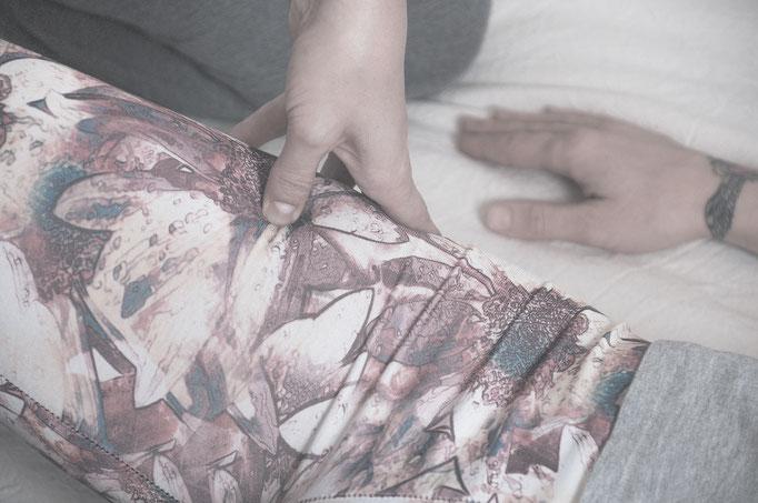 dettaglio agopressione shiatsu con dito