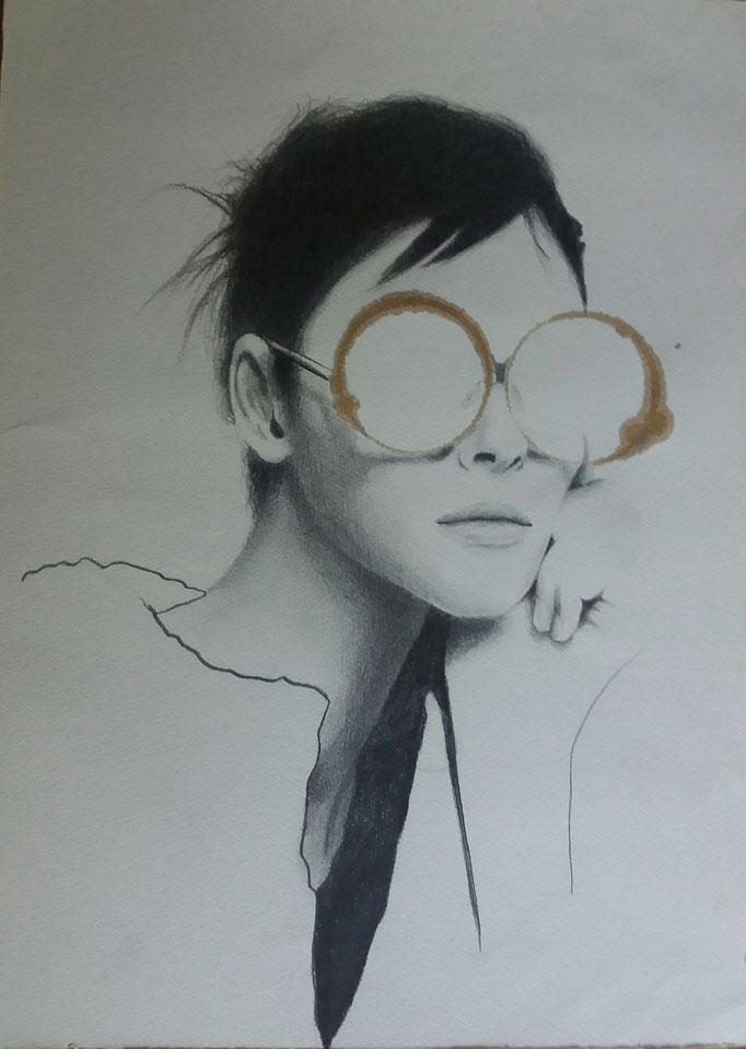 Titolo: donna dietro gli occhiali Tecnica: grafite e caffè su carta Misure: 32.5 x 46 cm