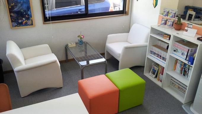 落ち着いた雰囲気の中でお客様と商談ができるような空間づくりを心がけております。