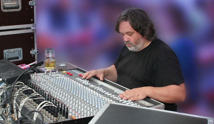 Klaus Fugmann (Mischpult, Technik)