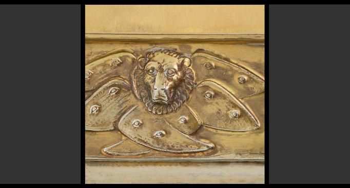 »Die vier geflügelten Wesen - Löwe« (Detail) Tabernakelumkleidung, Treibarbeit in Kupfer, feuervergoldet, 1958