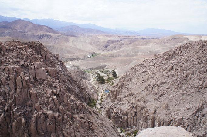 La route venant de Bolivie traverse des vallées avec des cultures en terrasses ...