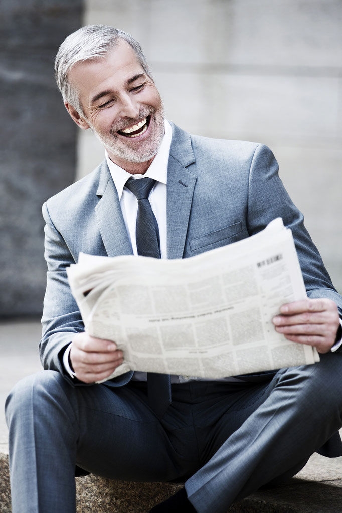 Ein Mann im eleganten Anzug, Businessfotografie Ihrer Mitarbeiter, Bewerbungsbilder und Werbefotografie um sich perfekt in Szene zu setzen, Eleganz und Moderne zum Ausdruck bringen