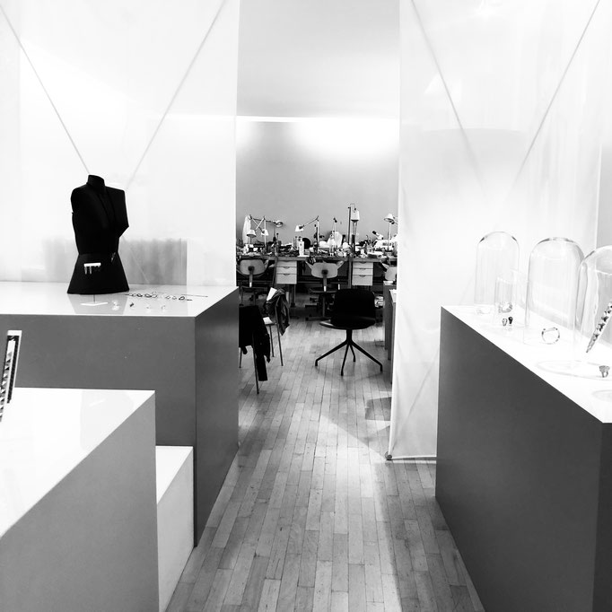 Blick durch den Ausstellungsraum in die Werkstatt