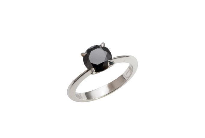 Solitär mit 1,20 ct schwarzem Diamant, 18 karat Weißgold, 1.600 Euro