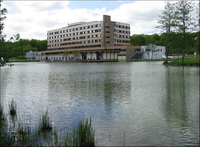 St. Christophorus-Krankenhaus über den Krankenhaussee gesehen
