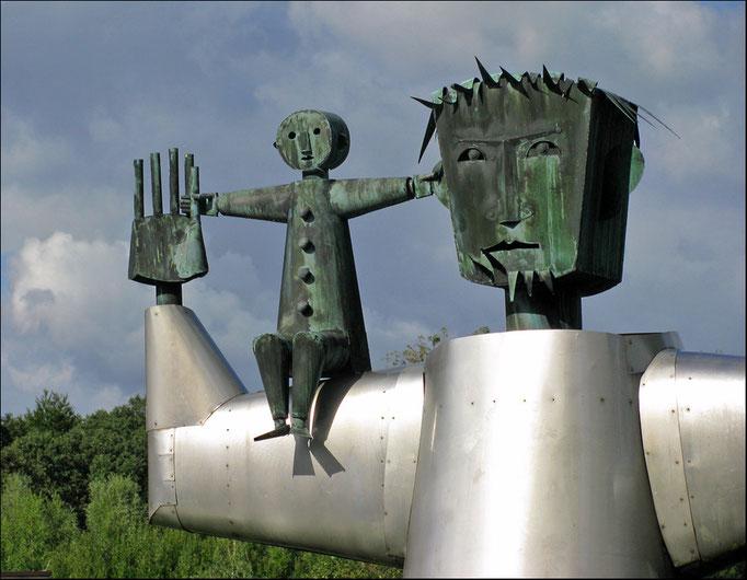 Detailaufnahme vom der St. Christophorus Skulptur die im Krankenhaussee des St. Christophorus-Krankenhaus in Werne steht.