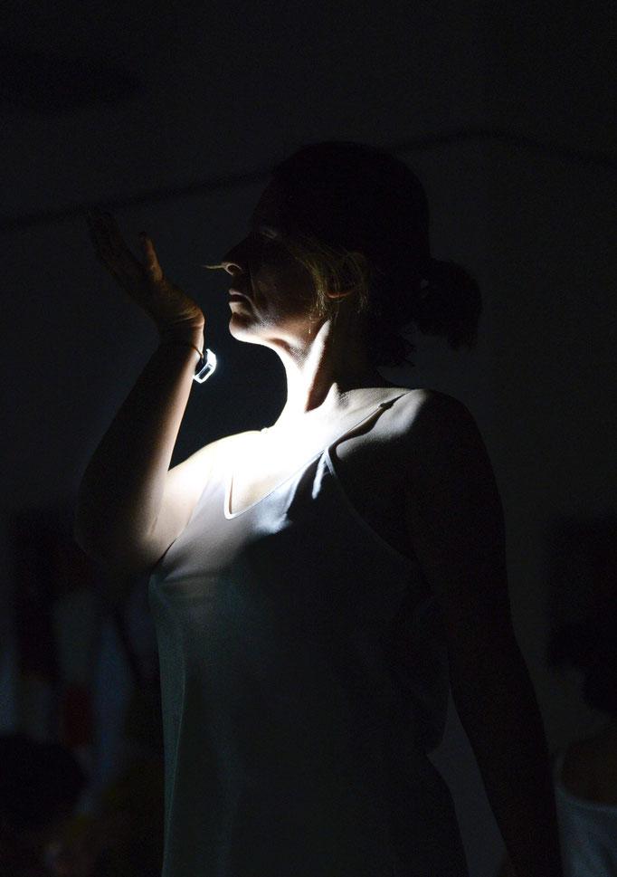 Danseuse vernissage Fragments Intimes © Cécile Bouchayer