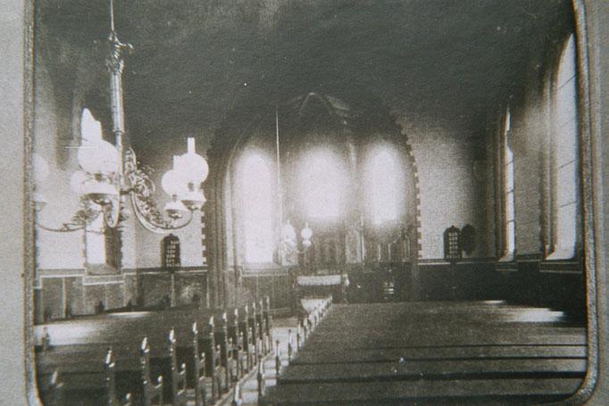 Die heutige Einrichtung stammt (mit Ausnahme der Orgel) aus dem Jahr 1865. Hier ein Bild von 1910.