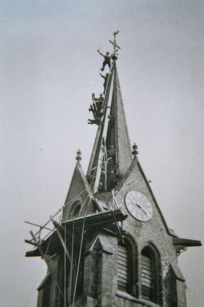 Der Kirchturm ist mit einer Höhe von 28 Metern bis heute das höchste Gebäude Ahlerstedts. Das Foto zeigt Reparaturarbeiten nach einem Blitzeinschlag 1936.