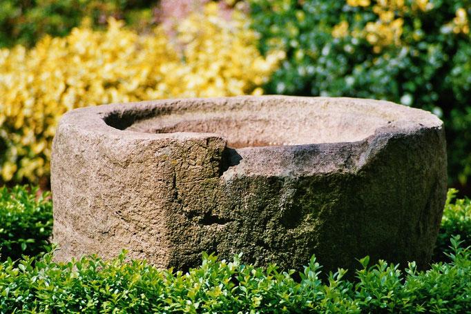 Zur Einweihung der Kirche wurde auch ein neues Taufbecken aus Sandstein angeschafft. Der mittelalterliche Granittaufstein steht heute vor dem Gemeindehaus.