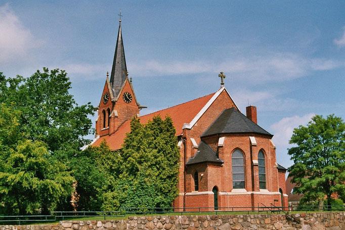 Über die Vorgängerbauten unserer jetzigen Kirche ist nicht all zu viel bekannt. Die 1656 gebaute Kirche war Mitte des 19. Jahrhunderts derart verfallen, dass man sich 1860 zu einem Neubau entschloss.