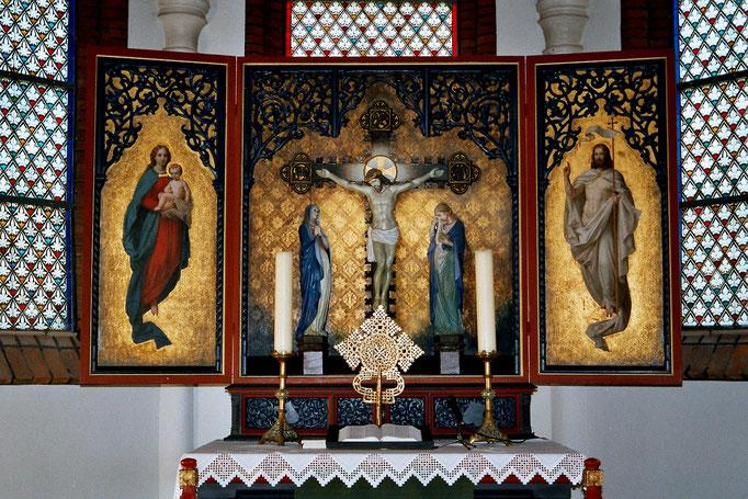 Das dreiteilige Altarbild zeigt Jesu Geburt, Kreuzigung und Auferstehung und ist der Gemeinde von einem Künstler namens Bergmann aus Hannover 1865 geschenkt worden.