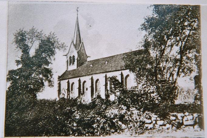 Am 12. November 1865 wurde unsere jetzige Kirche im Beisein des Königs von Hannover eingeweiht. Dieser und andere hatten mit erheblichen Spenden den Bau der Kirche erst möglich gemacht.