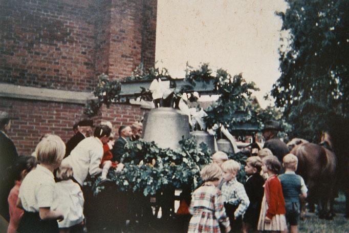 Eine Uhr erhielt der Turm erst 1909. Eine der zwei Glocken wurde jeweils während beider Weltkriege eingeschmolzen. Das häutige Geläut besteht seit 1959 aus vier Glocken. Die Ankunft der Glocken im Ort wurde groß gefeiert.