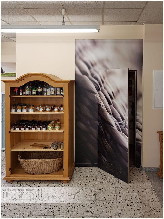 Begehbares Werbeschild in einem Weinfachgeschäft