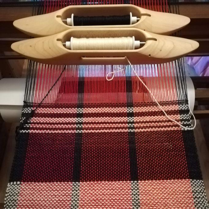 Tissage d'une écharpe en laine