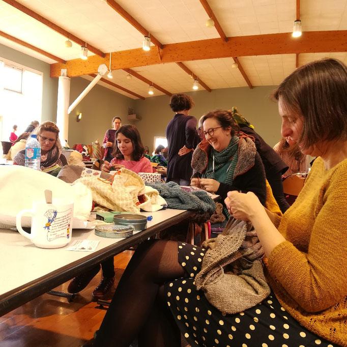 Un moment simple et vrai. Des discussions, des gâteaux maison, du thé et la visite de l'école de la laine de Vasles.