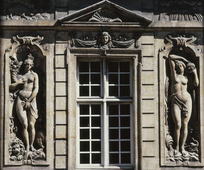 Hôtel de Béthune-Sully, aile droite ou est, la Terre et l'Eau Cote du cliché : ALC83-2929