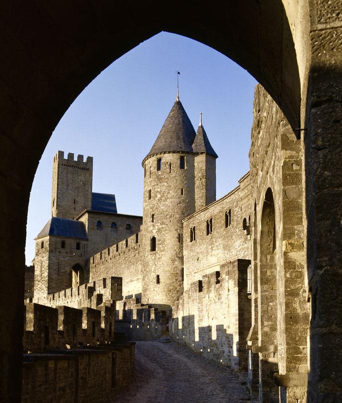 Cité de Carcassonne, front ouest de l'enceinte intérieure, tour de l'Inquisition, tour de la Justice et porte d'Aude