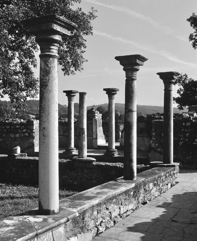 Villa gallo-romaine de Montmaurin, colonnes du nymphée, côté sud-est, et du portique de la salle 117
