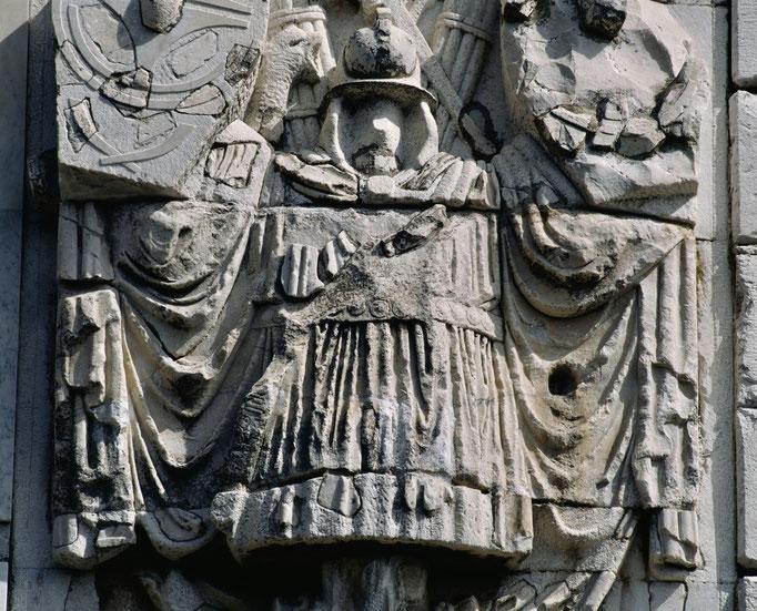 Trophée d'Auguste à La Turbie, détail du bas-relief du soubassement.