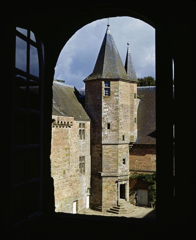 Château de Carrouges, vue de la tour du chartier depuis une fenêtre sur cour