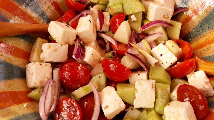 14.09. Griechischer Salat mit den letzten Gurken und Tomaten