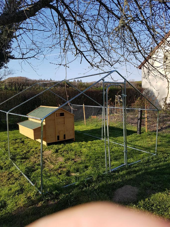 Das Hühnerhaus wäre parat, das Gehege ringsherum muss noch fertig gebaut werden