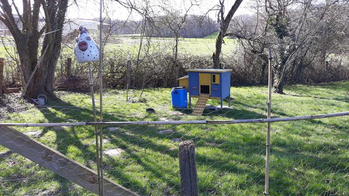 10.03. Das Hühnerhaus hat einen neuen Platz im ehemaligen Schafgehege bekommen